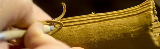 Den drejede og modellerede padderok får struktur i overfladen ved hjælp af skæreværktøjer.