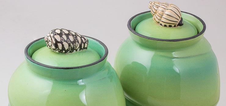 to-lime-souvenirkrukker-med-konkylier